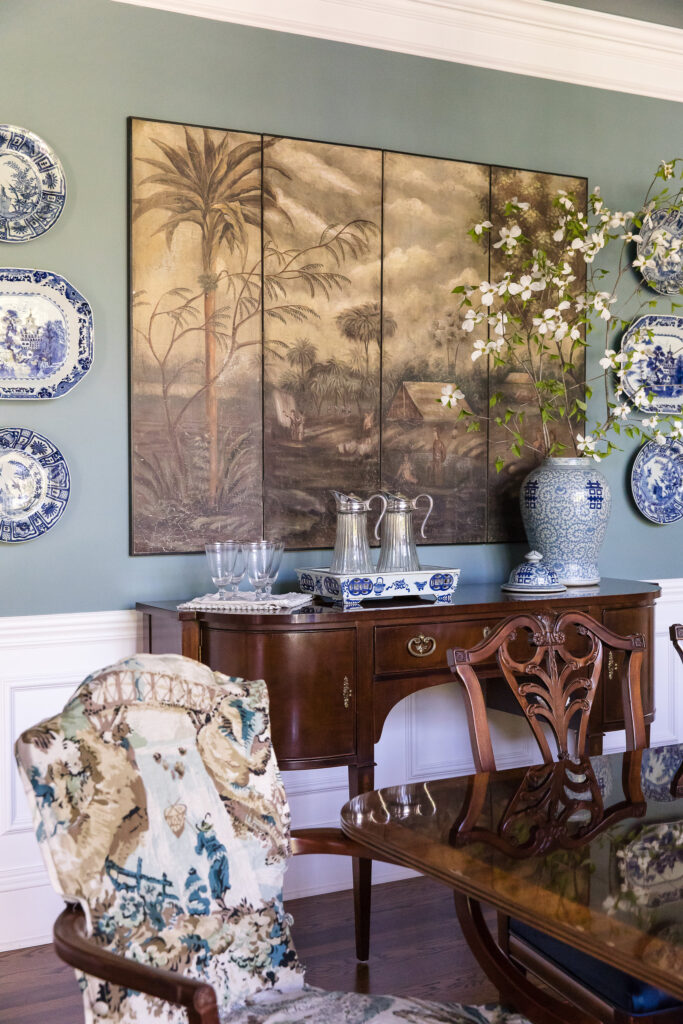 Dining room with blue and white chinoiserie by Nashville interior designers, Eric Ross Interiors.